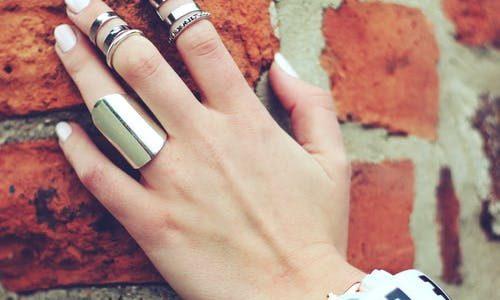 Γυναικείο χέρι με δαχτυλίδια