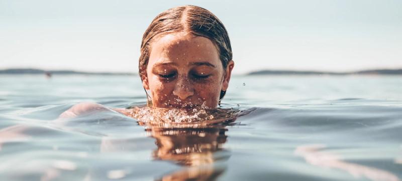 Γυναικείο πρόσωπο στη θάλασσα